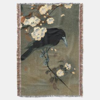 Cobertor Um corvo e uma flor pela cobertura do lance de
