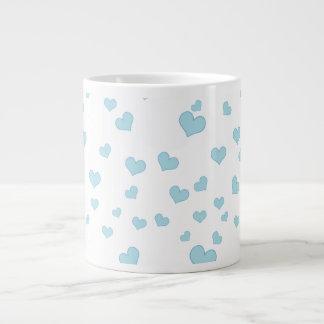 Cobrir de flutuação azul do fundo dos corações caneca de café gigante