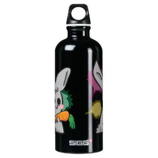 coelho cinzento bonito com cenoura garrafa d'água