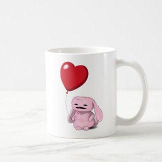 Coelho cor-de-rosa bonito com coração caneca