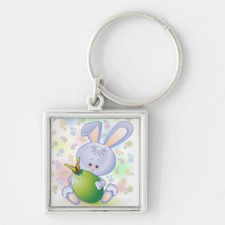 Coelho da páscoa com ovo e flores chaveiro quadrado na cor prata
