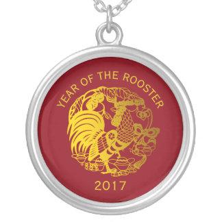 Colar 2017 dourada do calendário do ano do galo do