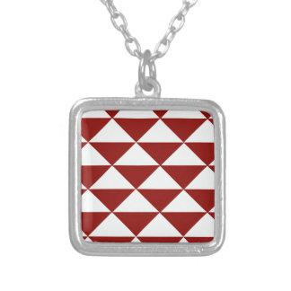 Colar Banhado A Prata Borgonha e triângulos brancos