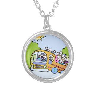 Colar Banhado A Prata Desenhos animados felizes dos cavaleiros de ônibus