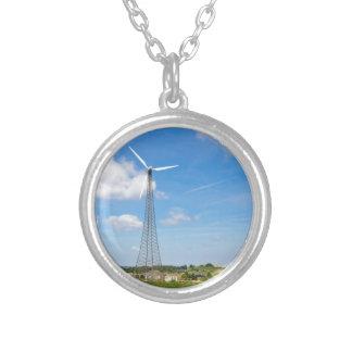Colar Banhado A Prata Dois moinhos de vento na área rural com céu azul
