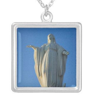 Colar Banhado A Prata estátua de 118 pés da Virgem Maria em San
