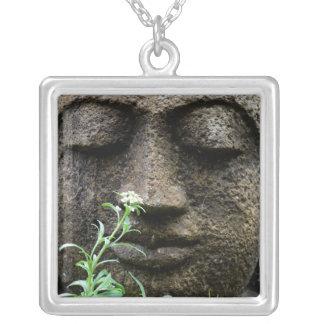 Colar Banhado A Prata Estátua de pedra do jardim com flor