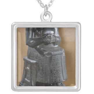 Colar Banhado A Prata Estátua decapitado do príncipe Gudea como