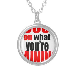 Colar Banhado A Prata foco que ganha a motivação optimista da opinião do