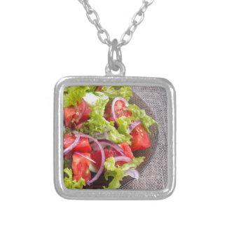 Colar Banhado A Prata Fragmento de uma placa transparente com uma salada