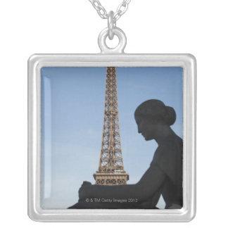 Colar Banhado A Prata France, Paris, estátua da mulher na frente de
