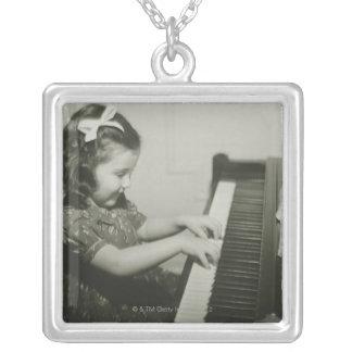 Colar Banhado A Prata Menina que joga o piano