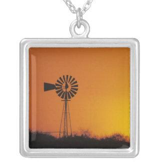 Colar Banhado A Prata Moinho de vento no por do sol, Sinton, Texas, EUA
