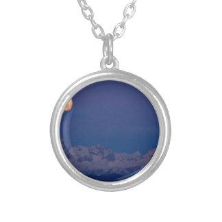 Colar Banhado A Prata Moonset sobre os cumes julianos