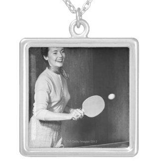 Colar Banhado A Prata Mulher que joga o ténis de mesa
