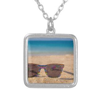 Colar Banhado A Prata Óculos de sol coloridos que encontram-se em