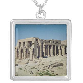 Colar Banhado A Prata Osiride figura Ramesses II que flanqueiam as