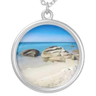 Colar Banhado A Prata Praia bonita no mar Mediterrâneo