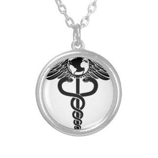 Colar Banhado A Prata Símbolo médico do Caduceus do globo
