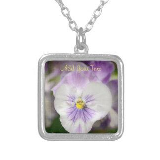 Colar Banhado A Prata Violas roxas e brancas por Shirley Taylor