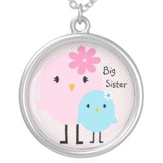 Colar cor-de-rosa das meninas dos pássaros da irmã