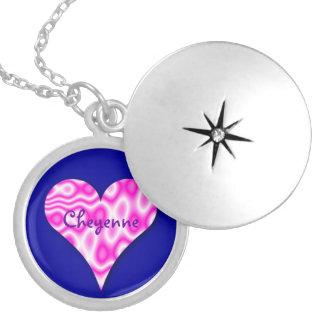 Colar cor-de-rosa do coração de Swirly no fundo az