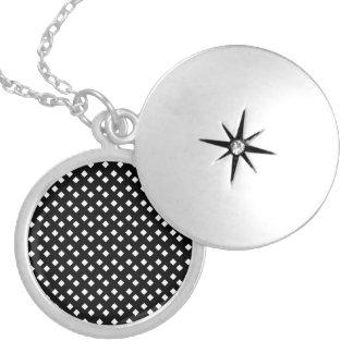 Colar Medalhão Branco no design do carvão