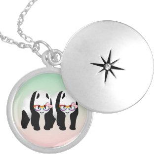 Colar Medalhão Pandas lésbicas do orgulho que vestem vidros do