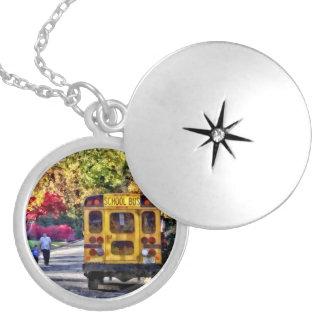 Colar Medalhão Para trás do auto escolar