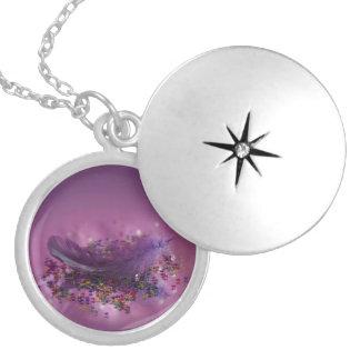 Colar Medalhão Pena roxa de Fairys