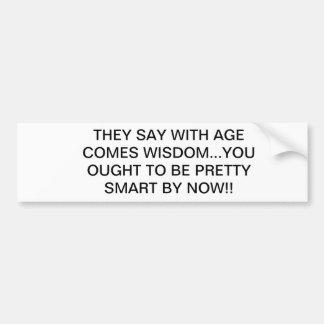 Com idade vem a sabedoria adesivo para carro