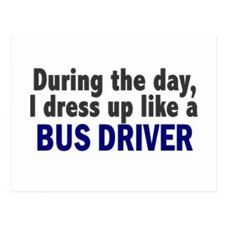 Condutor de autocarro durante o dia cartão postal