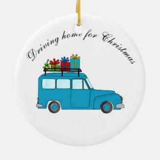 """""""Conduzindo em casa para caminhão do Natal"""" com Ornamento De Cerâmica Redondo"""