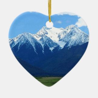 Contraste do pico nevado da montanha ornamento de cerâmica coração