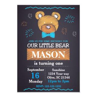 Convite azul do aniversário do laço do urso