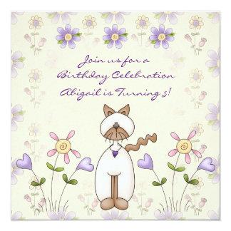 Convite bonito do aniversário do gato e das flores