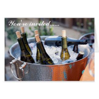 Convite de festas com garrafas de vinho