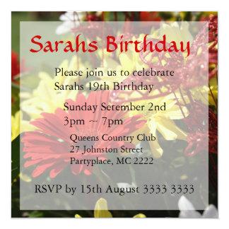 Convites vermelhos e amarelos do aniversário do