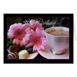 Copo do feliz aniversario do chá, das flores e dos cartão comemorativo