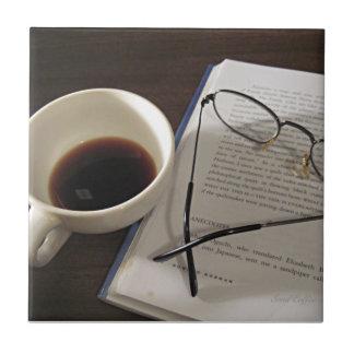 Copo e livro de café azulejo quadrado pequeno
