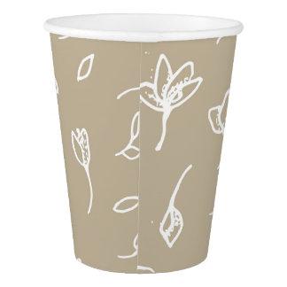 Copos de papel com teste padrão de flores brancas
