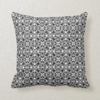 Cor damasco medieval, preto e branco travesseiros de decoração