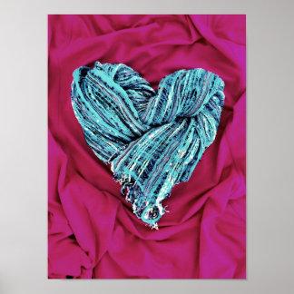 Coração azul da cerceta legal no tecido do rosa qu pôsteres