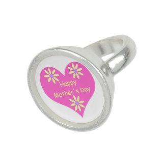 Coração cor-de-rosa do dia das mães e flores anéis