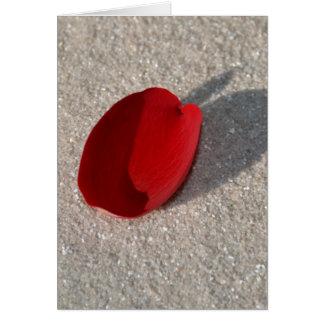 Coração cor-de-rosa na areia cartão comemorativo