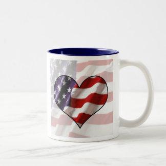 Coração da bandeira americana caneca de café em dois tons
