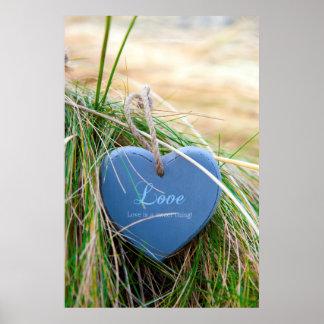 coração de madeira azul do amor na praia posters