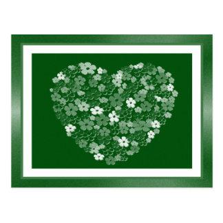Coração do verde esmeralda e do branco das flores  cartão postal