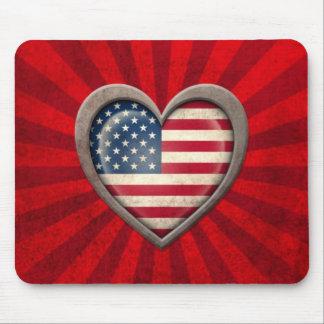 Coração envelhecido da bandeira americana com raio mousepads