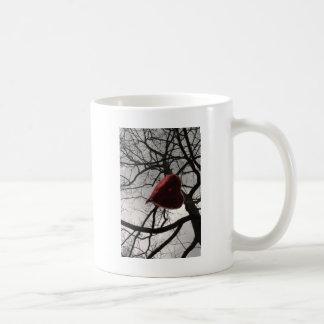 coração nas árvores no balão do coração do céu caneca de café